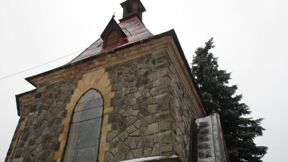 Kaple sv. Alžběty stojí u hlavní silnice při vjezdu do Harrachova