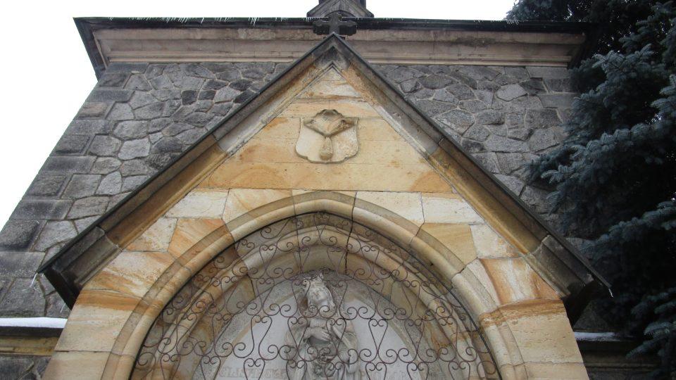 Na kapli ale není zajímavý pouze skleněný zvon, za povšimnutí stojí i erb rodu Harrachů