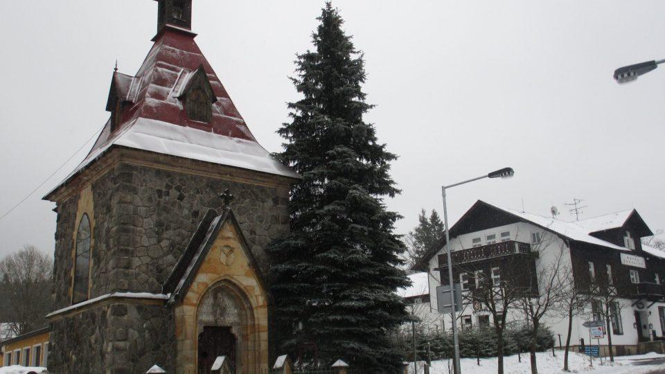 Kaplička stojí hned u hlavní silnice