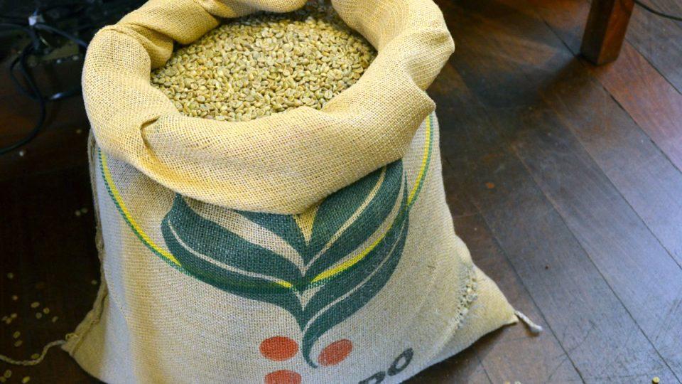 Káva se balí po 60 kilogramech