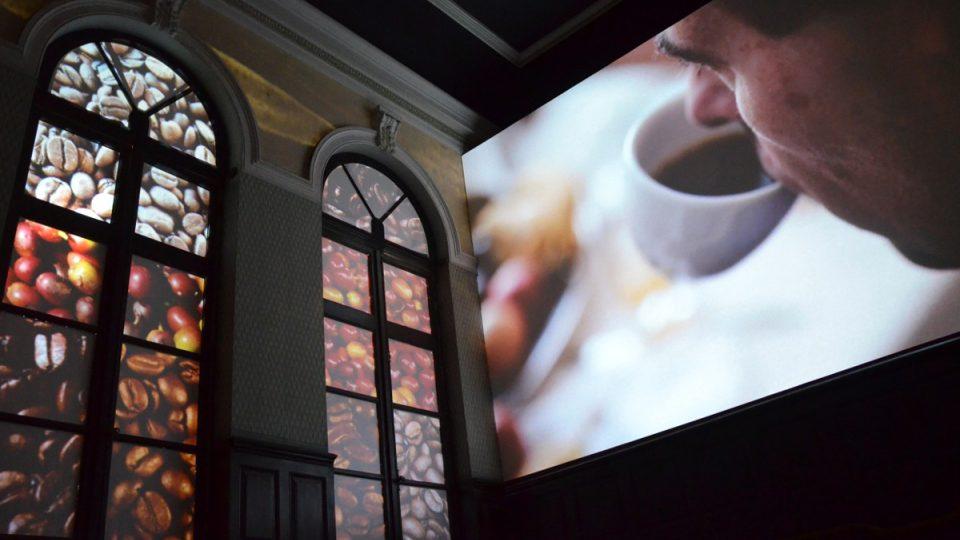 Světelná projekce v Muzeu kávy. Káva samozřejmě nechybí