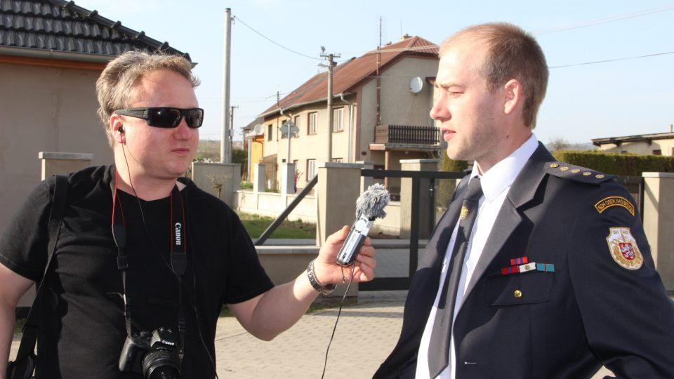 Redaktor Aleš Spurný se starostou SDH Osek nad Bečvou