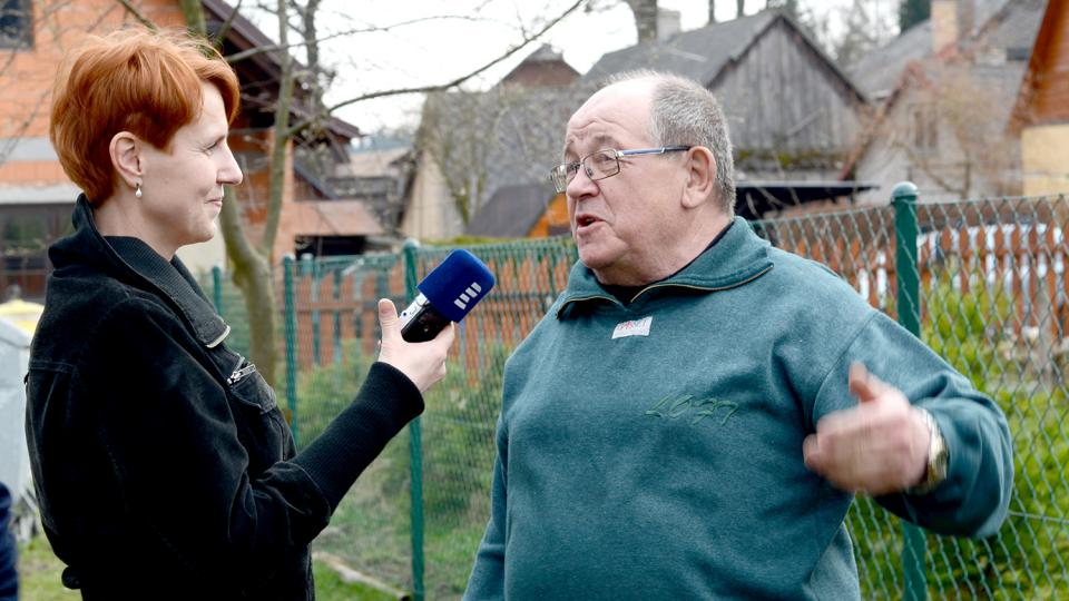 František Vodička je dobrovolným hasičem už padesát let, při rozhovoru s redaktorkou Terezou Brázdovou