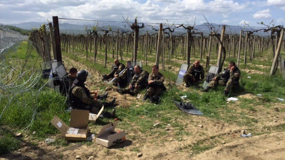 Policisté odpočívají na řecko-makedonské hranici nedaleko tábora Idomeni