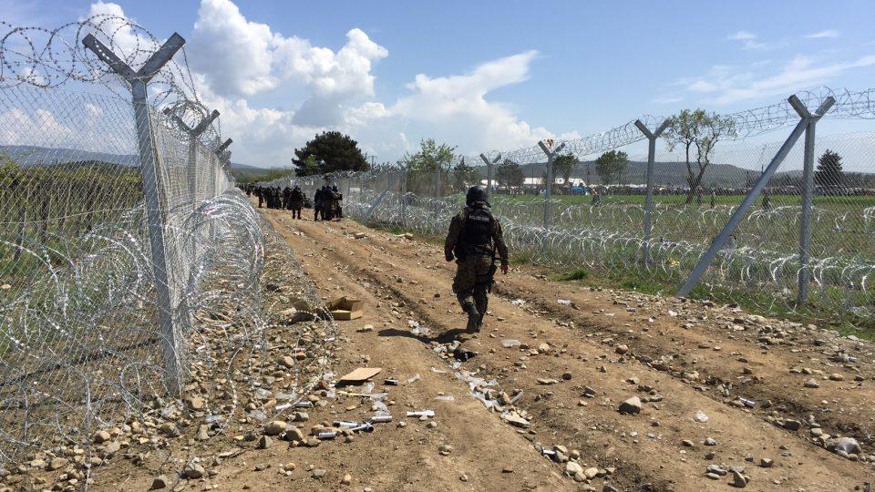Bezpečnostní síly na řecko-makedonské hranici nedaleko tábora Idomeni