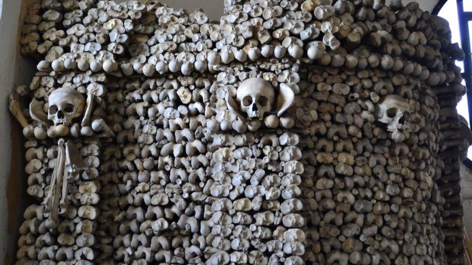 Z kostí a lebek se nejprve postavily čtyři sloupy, později se přeskupily do dvou širokých a silných sloupů