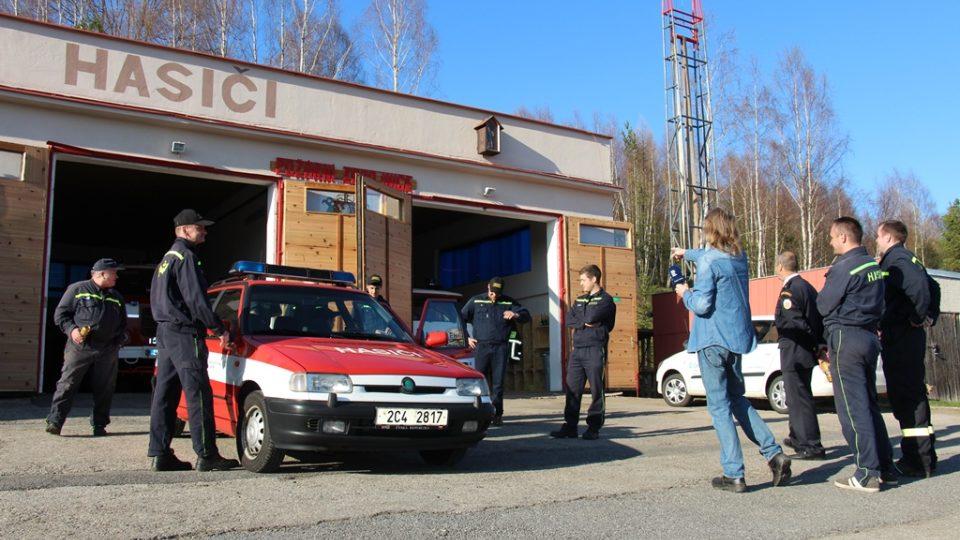 SDH Lenora bojuje v soutěži Dobráci roku. Zbrojnici si hasiči vybudovali sami z bývalé kotelny, věž na sušení hadic dostali od sousední obce Stožec