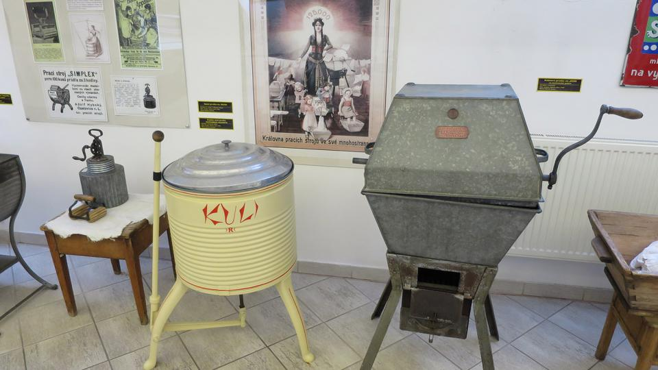 Bubnová pračky značky John na mechanický pohon z období kolem roku 1900