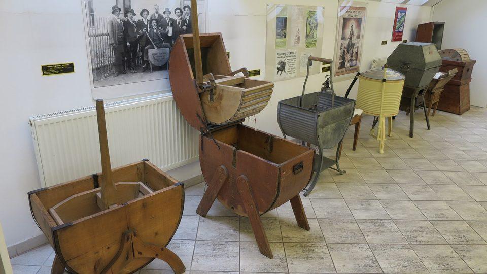 Nejstarší typem praček jsou dřevěné mechanické kývačky