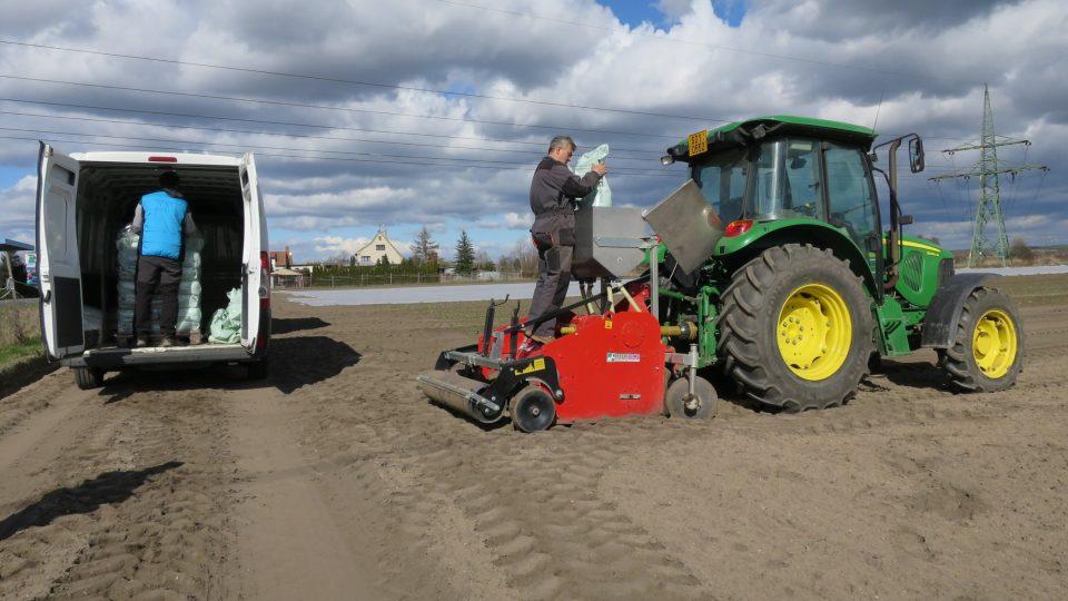 I když s polními pracemi dnes zemědělcům výrazně pomáhají stroje, sehnat pracovníky není snadné