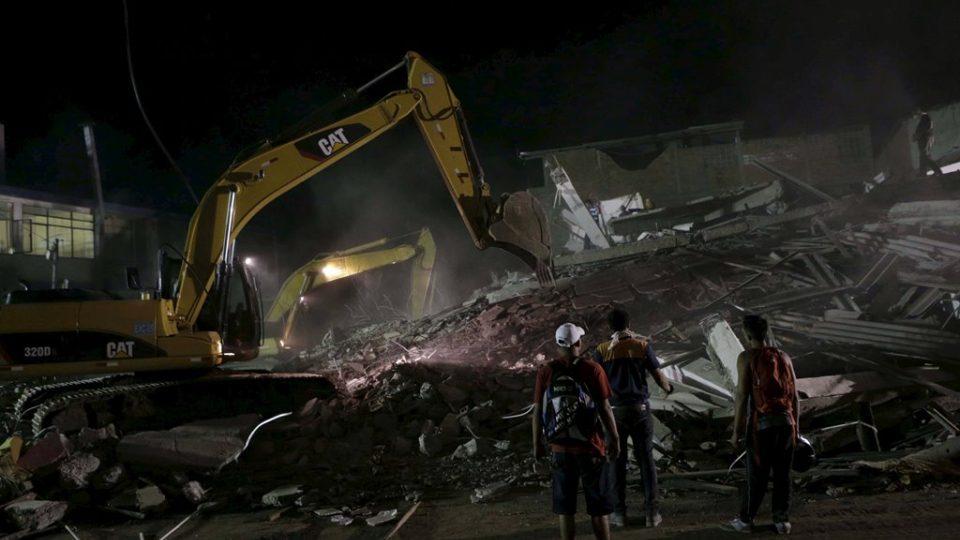 Dělníci odklízejí zbytky hotelu ve městě Portoviejo