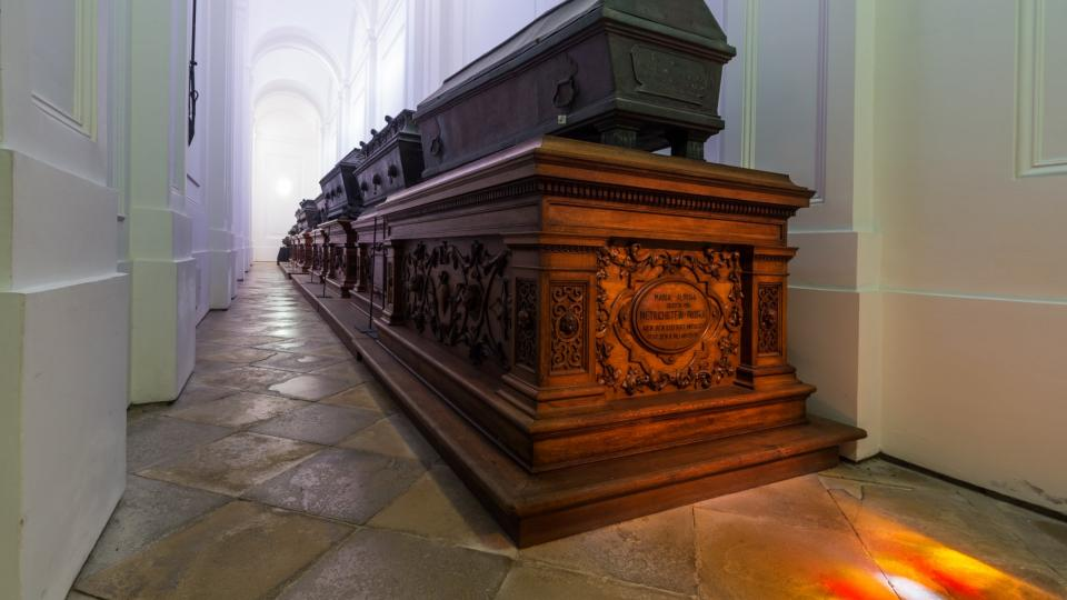 Pozůstatky Dietrichsteinů se nacházejí ve dvou bočních lodích