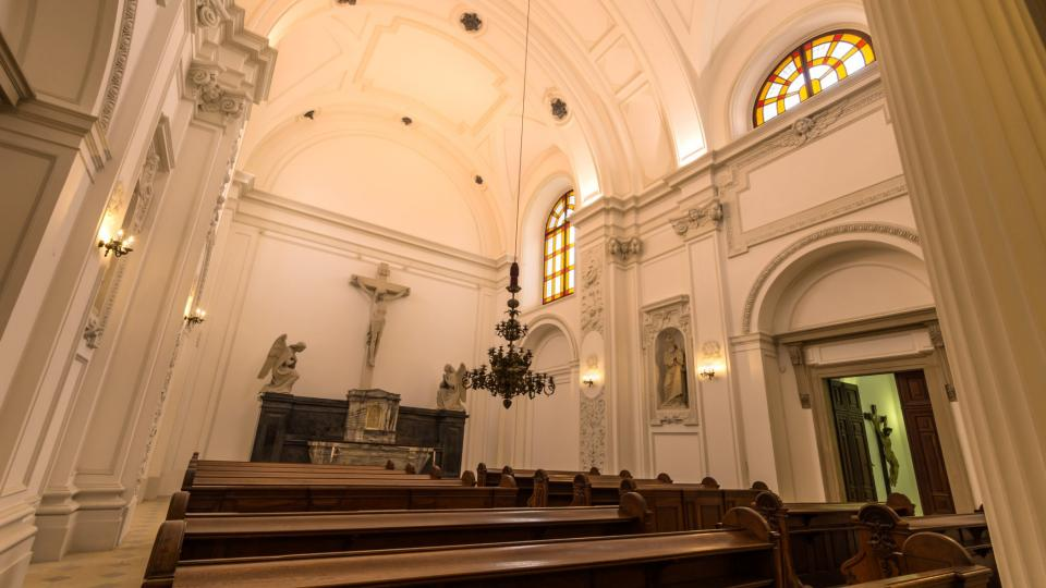 Ústředním místem hrobky je hlavní loď stále vysvěceného kostela