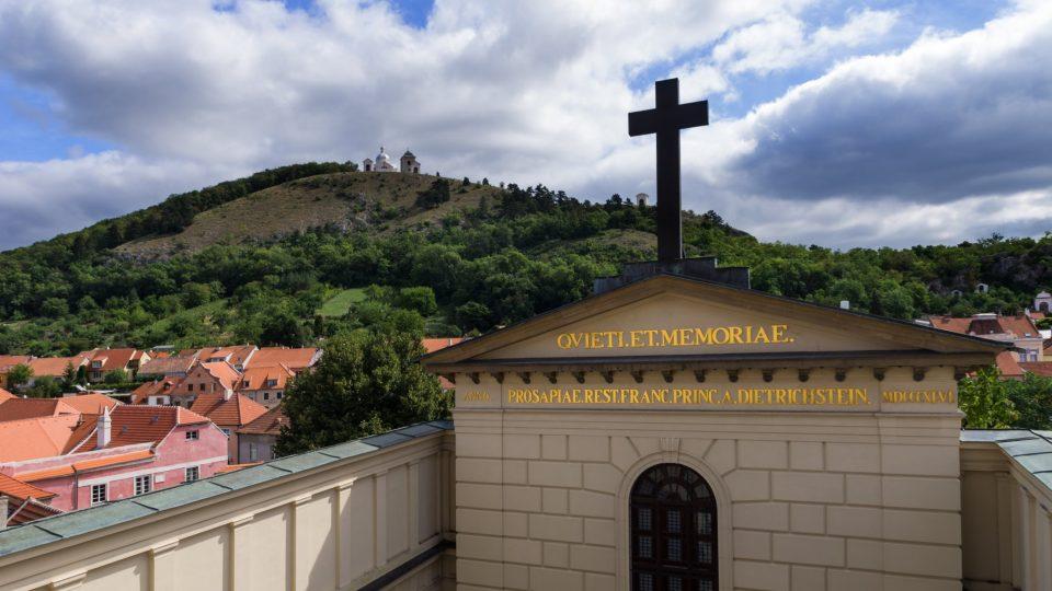 V sousedství hrobky se tyčí Svatý kopeček, populární poustní místo