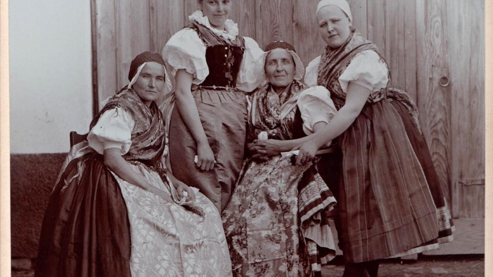 Choť někdejšího sulislavského starosty Adama Králence s družkami ve stříbrských krojích. Foto: J. N. Langhans a spol. Sulislav, kolem roku 1900
