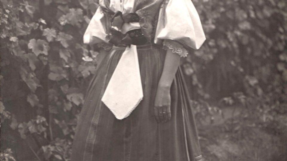 Foto stříbrského kroje. Foto: Josef Hanuš. Stříbro, kolem roku 1920