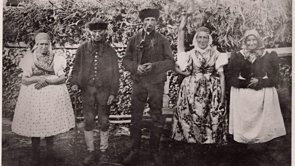 Sulislavský hospodář Adam Králenec se svou manželkou Marií, tchýní a Josefem Sudou (majitelem usedlosti č. p. 12 v Sulislavi) a jeho chotí. Autor neznámý. Sulislav, kolem roku 1918