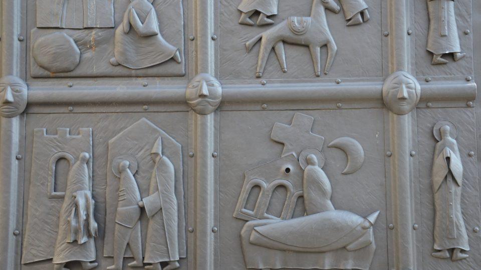 Vstup od Václavského náměstí zdobí brána s výjevy ze života svatého Františka