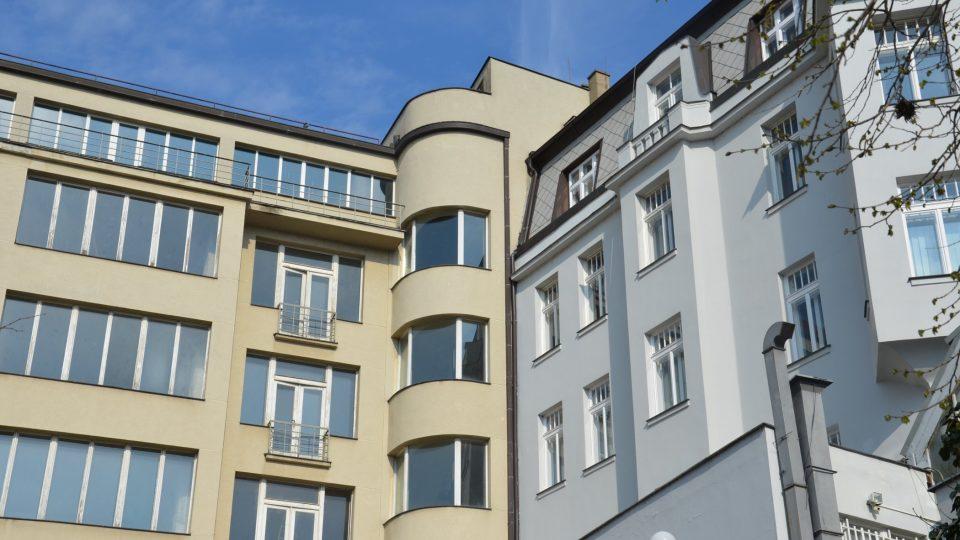 Za pohled stojí různorodá architektura okolních domů