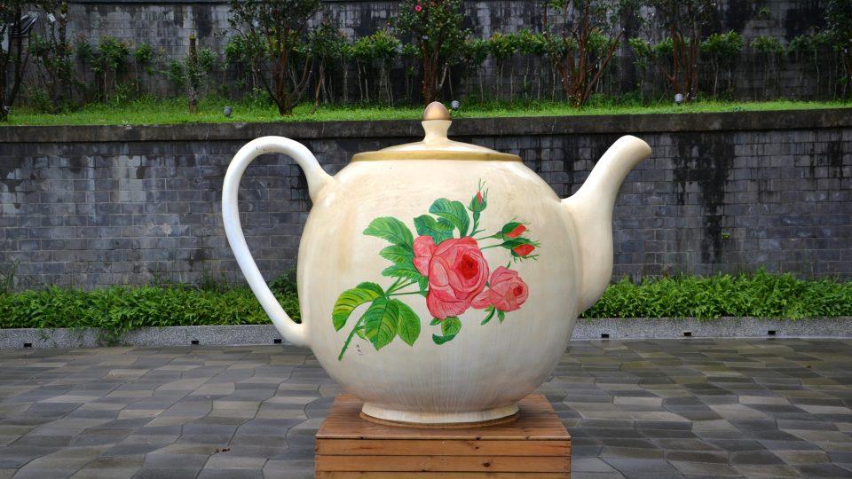 Někteří Tchajwanci mají podle místní znalkyně svůj čaj rádi ještě lahodnější. Podobně jako Češi si ho proto vylepšují kapkou rumu, ale karibského