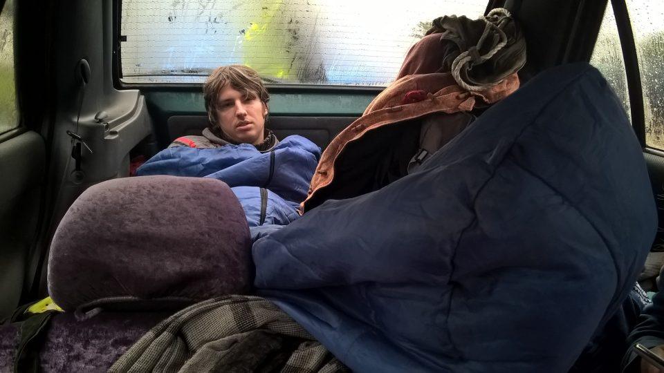 Čeští dobrovolníci se nemohli příliš spoléhat na pohodlí. Ve svých autech spali třeba v kufru