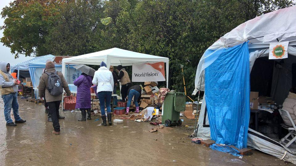 Přechod Bapská/Berkasovo byl složen z několika provizorních stánků, které sloužily jako zázemí pro Lékaře bez hranic, UNICEF, UNHCR, Červený kříž a další