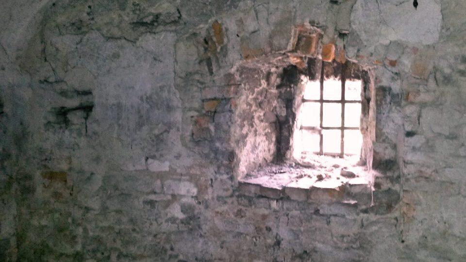Zadní část domu se bude opravovat, mříž v okně není původní