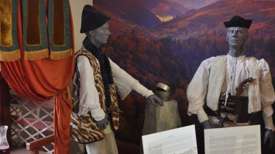 Juraj Jánošík s Nikolou Šuhajem u vany Čachtické paní