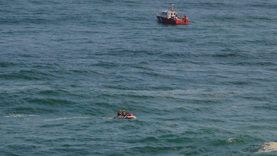 Po přeživších pátrali záchranáři i na vodních skútrech