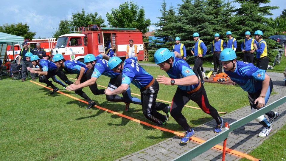 Družstvo mužů na startu Východočeské hasičské ligy v Roudnici v roce 2014
