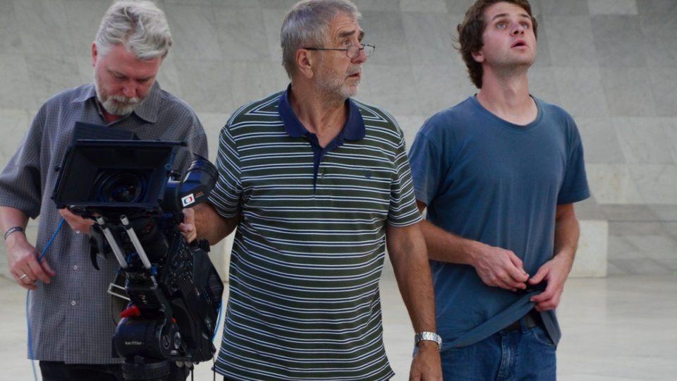 Část štábu šumných stop. Režisér kontroluje záznam, kameraman a jeho asistent už přemýšlejí o dalším