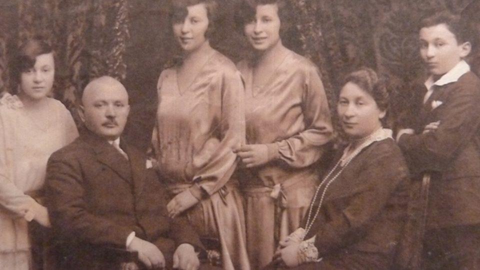 Maminka Evy Benešové Pavla Weiszová je 3. zleva