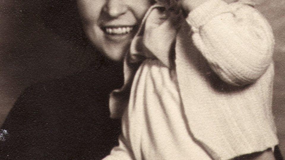 Pavla Weiszová a dcerou Evou, 1941