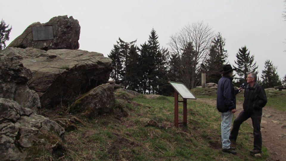 Pamětní deska na vrcholu Kleti se znovuzrodila také díky Společnosti žebříkového kamene na Kleti.jpg