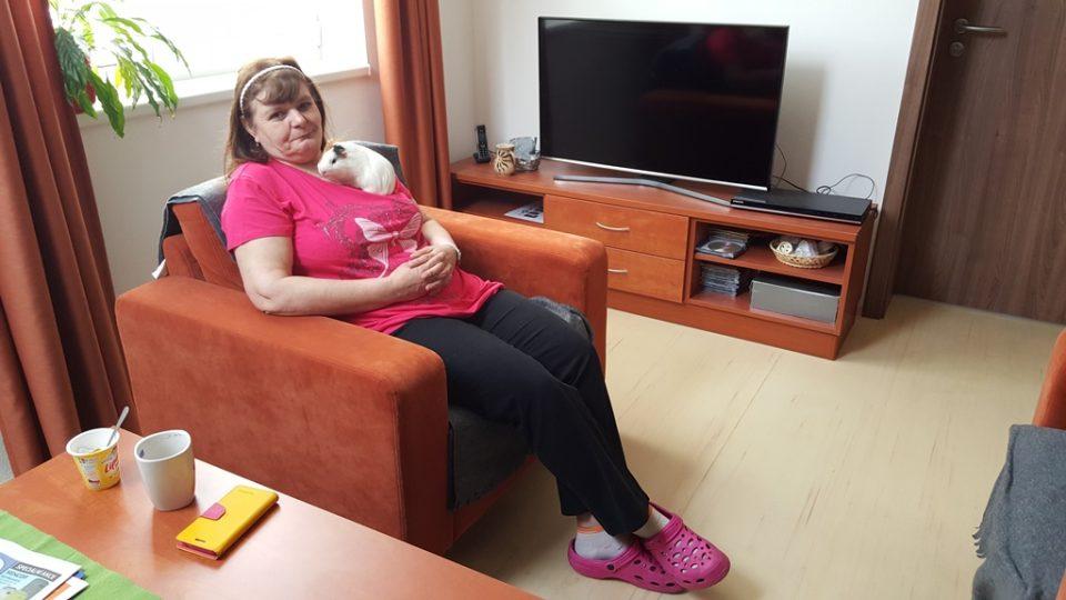 Olinka Hajná je v novém chráněném bytě spokojená. Dokonce už si v Třeboni našla i práci. V záchranné stanici Vydra pomáha s péčí o zvířata