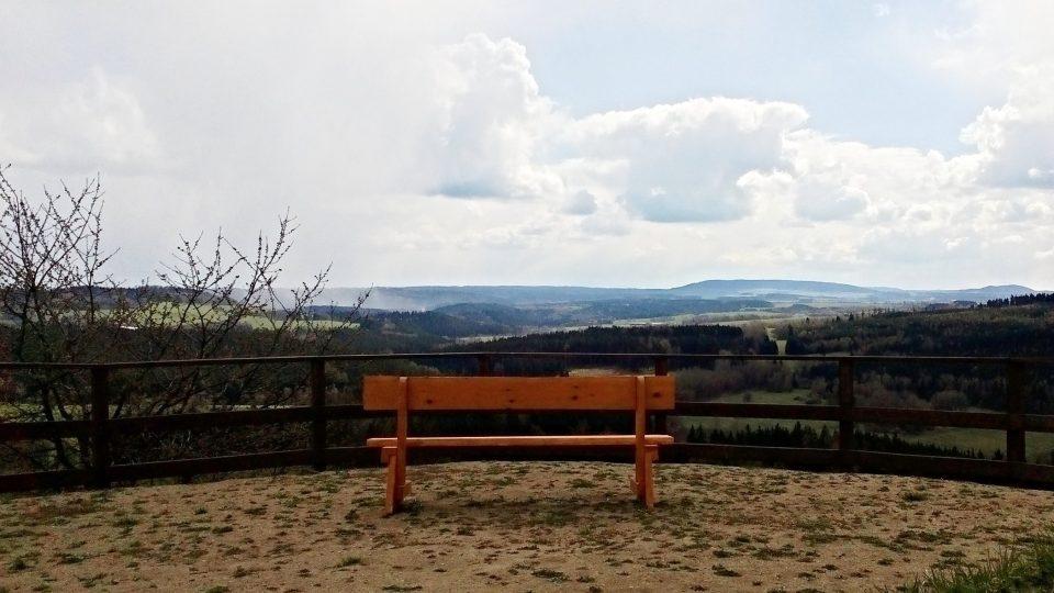 K nerušenému výhledu do kraje slouží i nové lavičky