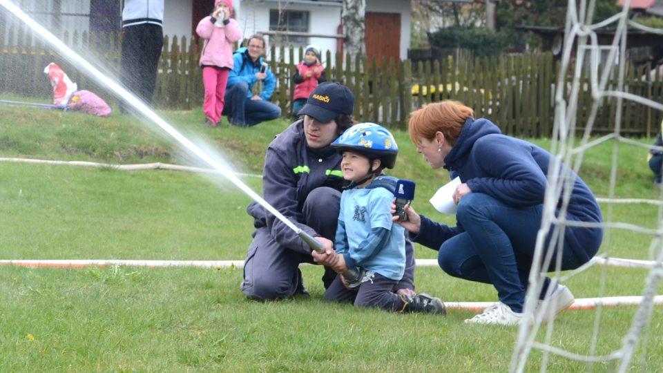 Děti z hasičské přípravky trénují na hřišti sportovního areálu v Pusté Kamenici