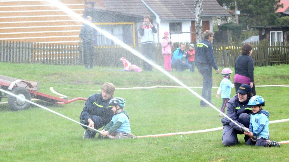 Děti z SDH Pustá Kamenice trénují na závody svitavské ligy