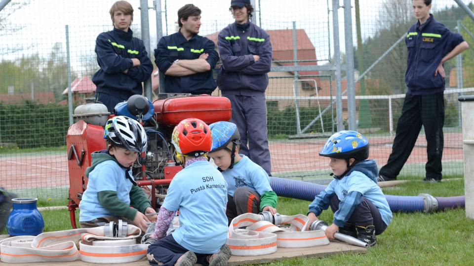 Malí hasiči pod dozorem svých kolegů