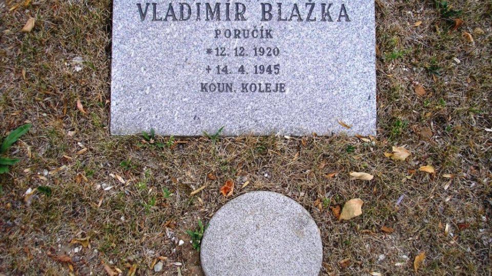 Náhrobní desky atentárníků Vladimíra Blažky a Aloise Bauera na Ústředním hřbitově v Brně