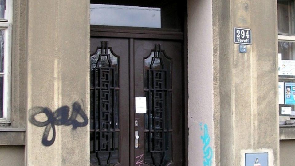 Vchod do domu v Nerudově 14, kde byl August Gölzer postřelen. Stopy po střelbě jsou dodnes v omítce viditelné