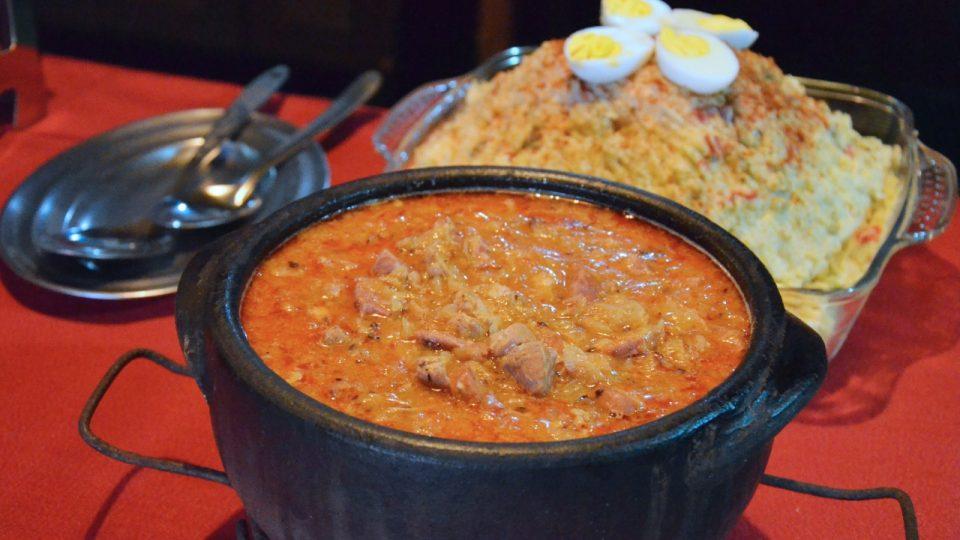 K jídlu byl i výborný segedínský guláš nebo bramborový salát, ale i spousta dalšího