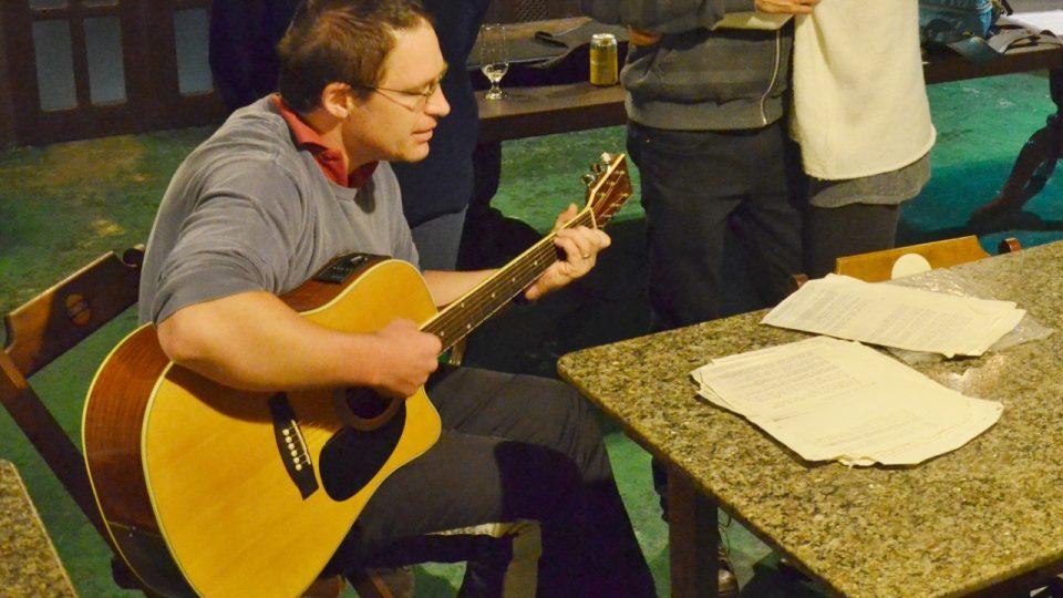 Vít Vaníček, kajakář žijící v Brazílii, tentokrát nepřivezl pádlo, ale kytaru a zpěvník po rodičích