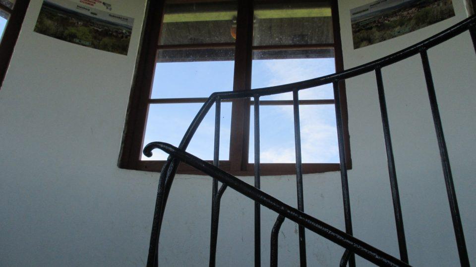 U oken najdete i popisky vrcholků na obzoru