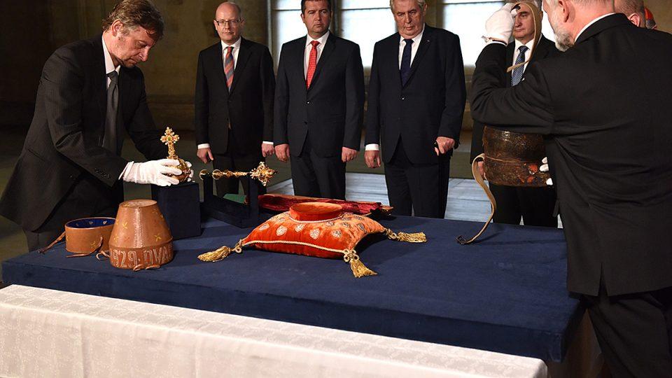 Klíčníci vyzvedli korunovační klenoty z katedrály sv. Víta