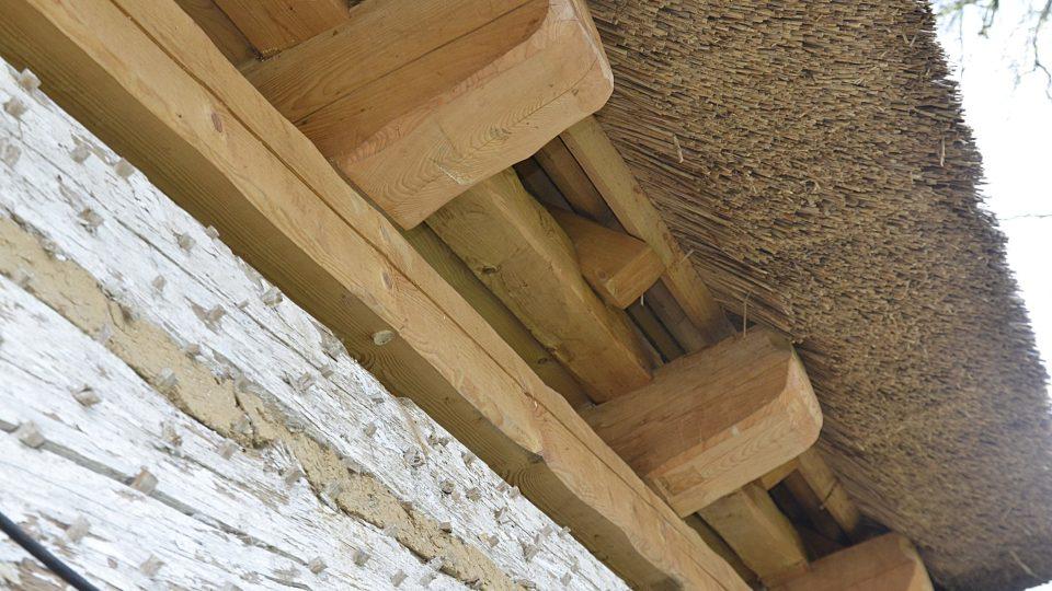Detail původního roubení a opravené střechy