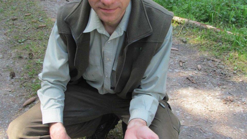 Z tak mrňavých semínek vyroste péčí lesáků veliký strom, ukazuje Libor Slanina