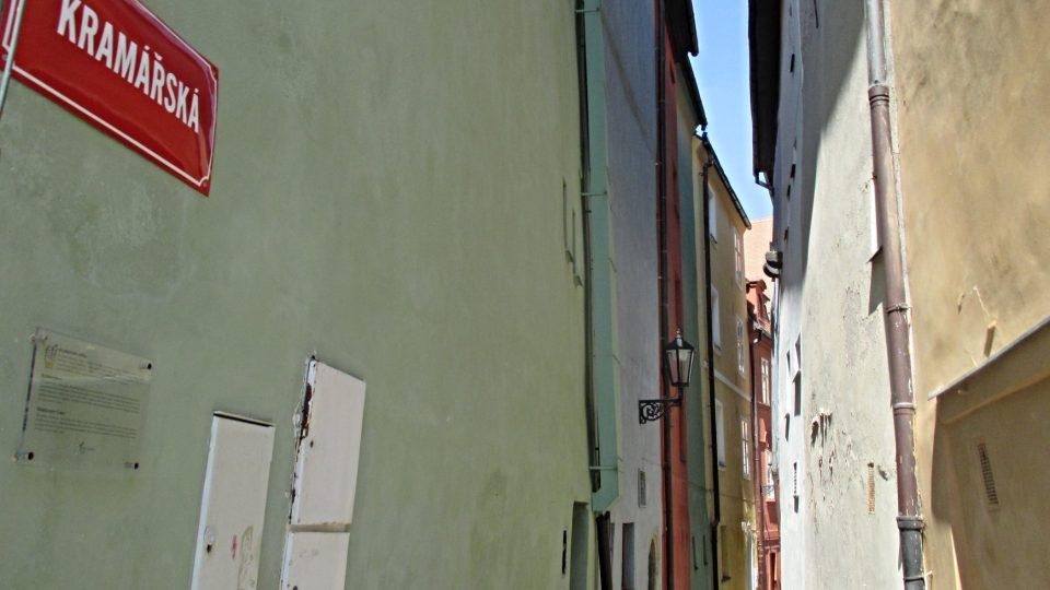 Kramářská ulice je široká necelé dva metry