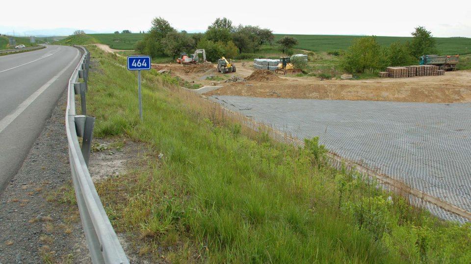 Stavba retenčních příkopů u dálničního přivaděče u Studénky