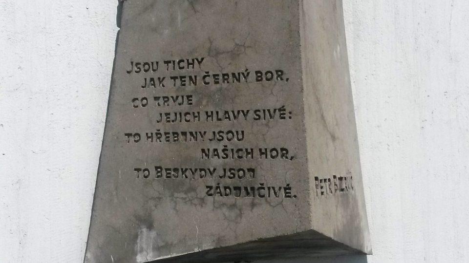 Na budově vysílače je připomínka básníka Petra Bezruče
